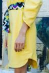 Robe jaune à col V et manches 3/4 à effet ballon 3