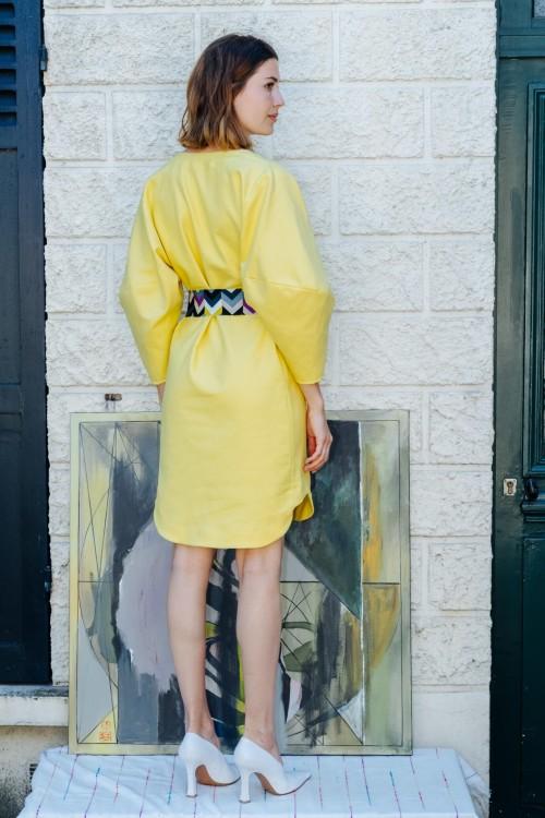 Robe jaune à col V et manches 3/4 à effet ballon 2