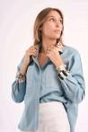 Chemise en jean avec détails imprimés en soie sur le col et les manches 1