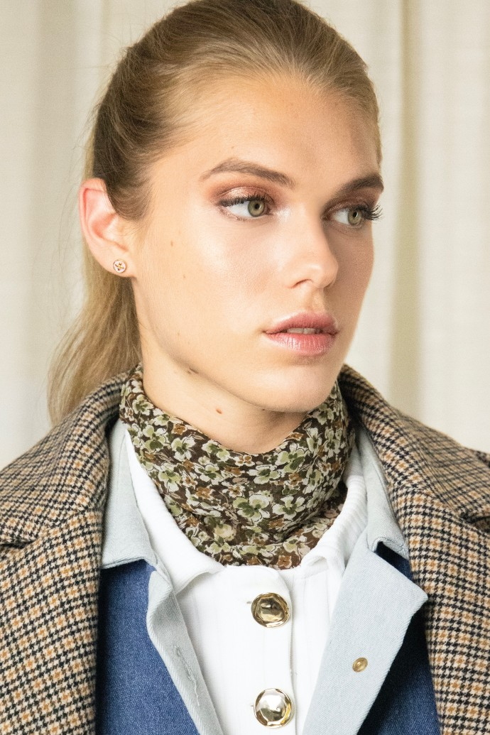 Foulard bandana en soie avec imprimé fleuri par la marque de mode parisienne Koshka Paris