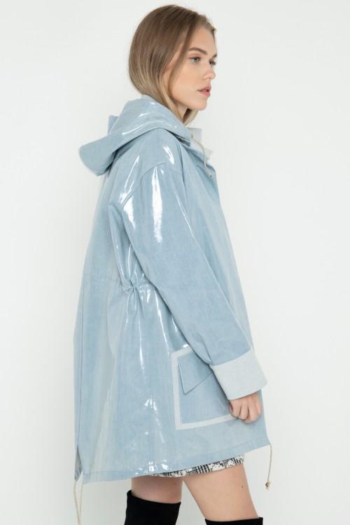 Parka en jean plastifié imperméable à capuche créée par Koshka Paris 3