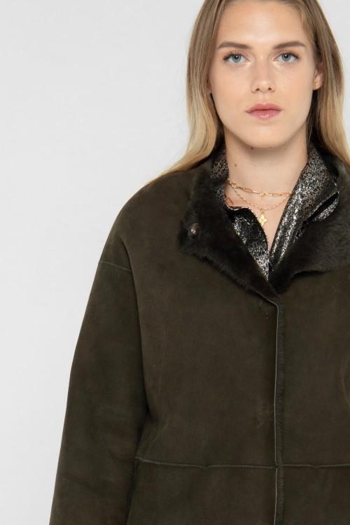 Manteau chic en peau lainée avec col en fourrure créé par Koshka Paris 1
