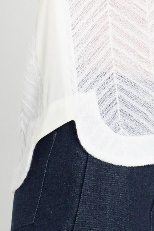 Blouse col V en tissu ajouré et manches kimono créée par Koshka Paris 2