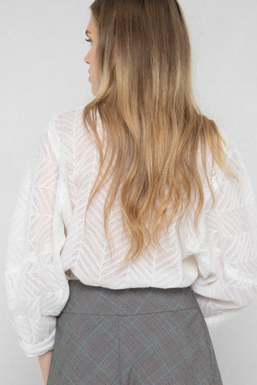 Blouse col V en tissu ajouré et manches kimono créée par Koshka Paris 5